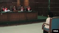Majelis hakim pengadilan tindak pidana korupsi saat menjatuhkan putusan terhadap pengusaha Siti Hartati Murdaya. (VOA/Andylala Waluyo)