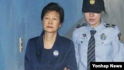韩国前总统朴槿惠前往首尔的中央地区法院受审(2017年10月13日)