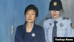 지난해 10월 박근혜 전 한국 대통령이 서울중앙지법에서 열린 속행공판에 출석하기 위해 호송차에서 내려 법정으로 향하고 있다.