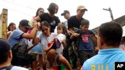 Cư dân sống gần các sườn núi lửa Mayon được sơ tán đến các trường học. Các binh sĩ cũng ngăn không cho những người đã di tản trở về nhà.