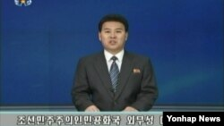 북한 조선중앙TV 아나운서가 20일 북한 인권문제를 국제형사재판소(ICC)에 넘기도록 권고하는 내용의 인권결의안을 비난하는 '외무성 대변인 성명'을 발표하고 있다.