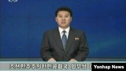 지난 20일 북한 조선중앙TV 아나운서가 북한 인권문제를 국제형사재판소(ICC)에 넘기도록 권고하는 내용의 인권결의안을 비난하는 '외무성 대변인 성명'을 발표하고 있다. (자료사진)