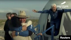 Джефф Безос и Уолли Фанк появляются из капсулы спускаемого аппарата