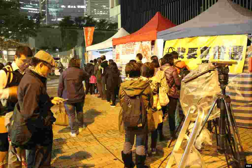 市民在学民思潮绝食帐篷前排队留言(美国之音海彦拍摄)