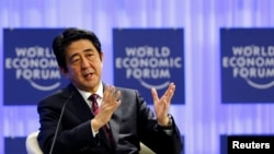 아베 신조 일본 총리가 22일 다보스 포럼에서 기조연설을 하고 있다.