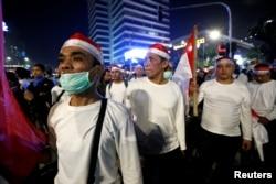 Para demonstran di depan kantor Bawaslu, Jakarta hari Selasa malam (21/5). (Foto: Willy Kurniawan/Reuters).