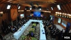 El presidente colombiano Álvaro Uribe defendió el acuerdo militar con EE.UU. en la cumbre de Unasur.