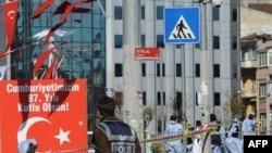 Cảnh sát Thổ Nhĩ Kỳ đã chặn khu vực bị đánh bom, và các xe cứu thương nhanh chóng tới hiện trường để chữa trị các nạn nhân