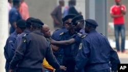 Polisi di Kinshasa, Kongo, menangkap demonstran dengan kasar. (AP/John Bompengo)