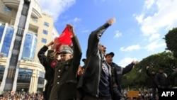 Cảnh sát hô các khẩu hiệu trong cuộc biểu tình phản đối ở thủ đô Tunis hôm 22 tháng 1, 2011