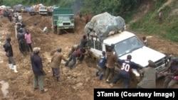 La route nationale numéro 2 sur le tronçon reliant Bukavu a Mwenga, dans le Sud-Kivu, RDC