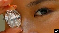 지난달 19일 홍콩 경매 시장에서 118.28캐럿 짜리 화이트 다이아몬드가 언론에 공개되었다.