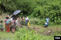 FILE - Bereaved family members gather around HIndu corpses in northern Rakhine state, Myanmar, Sept. 27, 2017. (Moe Zaw and Sithu Naing/VOA Burmese)