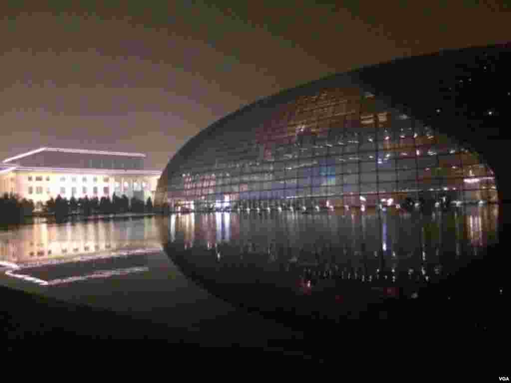 北京人民大会堂旁边的国家大剧院。两朝鲜著名军队文艺团体的演出临时打退堂鼓(美国之音叶兵拍摄)