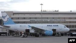 Chiếc máy bay của hãng hàng không Aigle Azur của Pháp cất cánh từ sân bay Charles De Gaulle ở Paris cuối ngày thứ Bảy, và hạ cánh xuống sân bay quốc tế Baghdad sớm Chủ Nhật