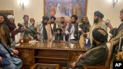 ក្រុមយុទ្ធជនតាលីបង់បានចូលកាន់កាប់វិមានប្រធានាធិបតីអាហ្វហ្កានីស្ថាន បន្ទាប់ពីលោកប្រធានាធិបតី Ashraf Ghani បានចាកចេញពីប្រទេស នៅរដ្ឋធានីកាប៊ុល ប្រទេសអាហ្វហ្កានីស្ថាន ថ្ងៃទី១៥ ខែសីហា ឆ្នាំ២០២១។ (AP Photo/Zabi Karimi)