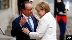 法國總統奧朗德(左)與德國總理默克爾(右)歐盟峰會召開前夕會面。