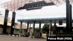 Gerbang Terminal Purabaya di perbatasan Sidoarjo-Surabaya, terminal terbesar di Jawa Timur, 28 April 2020. (Foto: Petrus Riski/VOA)