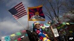 一名自由西藏的支持者2月12日在美国首都华盛顿的白宫前抗议中国副主席习近平访问美国
