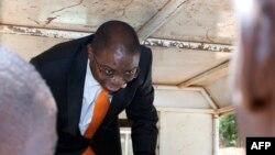 L'ancien ministre de la Justice malawite Ralph Kasambara dans un véhicule de la police à Lilongwe, Malawi, 11 novembre 2013.