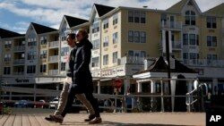 """Warga berjalan di sepanjang """"Boardwalk"""" di Long Branch, New Jersey."""