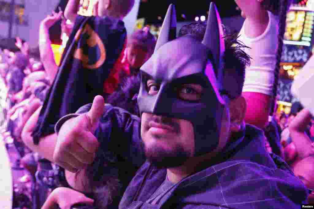 Anthony Vides utiliza una máscara de Batman mientras espera que la película comience.
