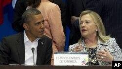 El presidente Barack Obama y la secretaria de Estado, Hillary Clinton, durante la reunión plenaria de la Cumbre de las Américas.