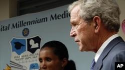 美國前總統布什星期天到位於亞的斯亞貝巴的聖保羅醫院會晤了一位愛滋病毒攜帶者