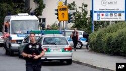 Seorang polisi melakukan pengamanan di Rumah Sakit Benjamin-Franklin di distrik Steglitz, Berlin, Jerman, Selasa (26/7).