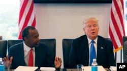 Donald Trump busca atraer a los votantes minoritarios, pero insiste en una estricta política migratoria.