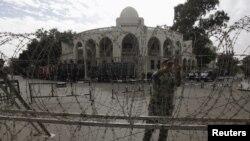 Cerco de seguridad frente al Palacio Presidencial en Egipto. Miles de manifestantes se enfrentaron a la Policía.