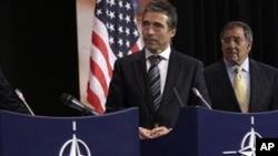 美國國防部長帕內塔(右)和北約秘書長拉斯穆森(左)出席在布魯塞爾舉行的北約部長級會議