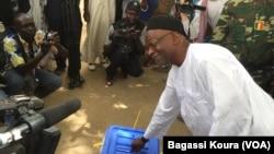 L'opposant candidat Saleh Kebzabo met son bulletin dans une urne en plein air non loin de son domicile, N'djamena, 10 avril 2016,(VOA/Bagassi Koura).