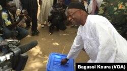L'opposant et candidat tchadien Saleh Kebzabo mettant son bulletin dans une urne en plein air non loin de son domicile, N'djamena, 10 avril 2016, (VOA/Bagassi Koura).