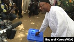 L'opposant tchadien Saleh Kebzabo votant à N'Djamena, le 10 avril 2016 (VOA/Bagassi Koura)