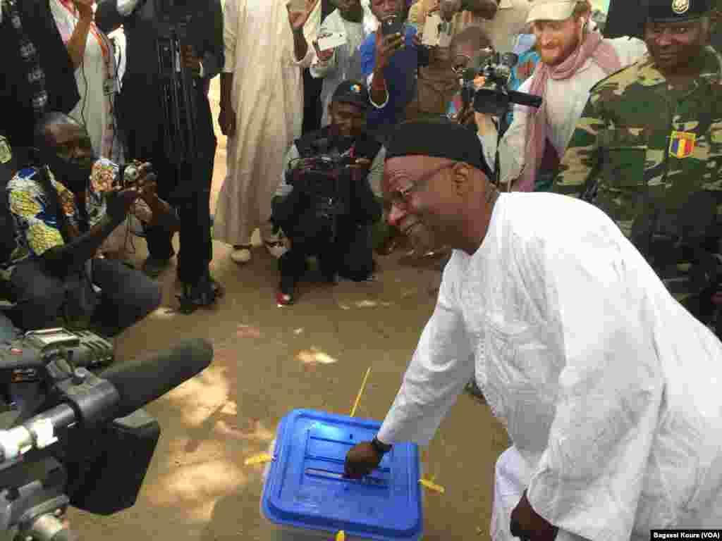 L'opposant et candidat Saleh Kebzabo met son bulletin dans une urne en plein air non loin de son domicile à N'Djamena, Tchad, 10 avril 2016, (VOA/Bagassi Koura)