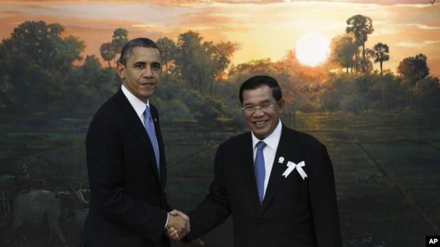 Presiden AS Barack Obama (kiri) bersama PM Kamboja Hun Sen di Phnom Penh, Senin (19/11).