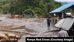 23일 케냐 북서부 홍수 피해 지역 주민들이 현장을 살피고 있다. (케냐 적십자사 제공)