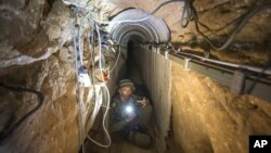 Un soldado israelí muestra uno de los túneles de Hamas dentro de territorio palestino.