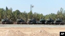 Tank-tank pasukan Turki siaga di Karkamis, di perbatasan dengan Suriah untuk mendukung pemberontak Suriah dalam menggempur ISIS, Sabtu (3/9).