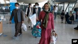 從喀布爾撤離的家庭抵達華盛頓的杜勒斯國際機場。(2021年8月23日)