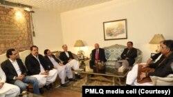 حکمراں جماعت تحریک انصاف کے اعلٰی سطحی وفد نے پیر کو مسلم لیگ (ق) کے رہنماؤں سے ملاقات کی تھی۔