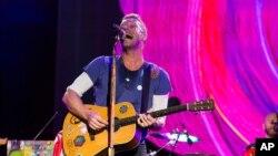 Vokalis Coldplay Chris Martin dalam pertunjukan di Philadelphia, AS (foto: dok).