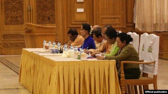 ေဒၚေအာင္ဆန္းစုၾကည္ႏွင့္ NLD ဗဟိုအလုပ္အမွု ့ေဆာင္မား လႊတ္ေတာ္ပုံမွန္အစည္းအေ၀းမ်ားသို ့တက္ေရာက္ေနသည္ ့NLDလႊတ္ေတာ္ကိုယ္စားလွယ္မ်ားႏွင္ ့ေတြဆုံခဲ့စဥ္ (Photo-NLD Chairperson) ၁.၃.၂၀၁၆