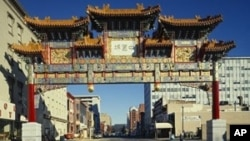 當年北京市長陳希同和華盛頓市長巴里的簽名的牌坊依然屹立華盛頓中國城街口。