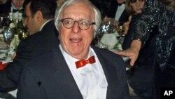 ری بردبری، نویسنده داستان های علمی-تخیلی در مراسم اهدای مدال به خاطر خدمت به ادبیات - نیویورک سال ۲۰۰۰
