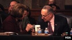 Los senadores Dianne Feinstein y Chuck Schumer conversan en el seno de la Comisión Judicial del Senado.