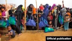 Những người Rohingya đang xếp hàng chờ nhận thức ăn tại một trại tị nạn thuộc Bangladesh.