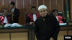 Saksi mahkota Roby Risahputra memberikan keterangan di sidang lanjutan kasus 7 simpatisan ISIS di Pengadilan Negeri Jakarta Barat, Kamis 21/1 (VOA/Fathiyah).