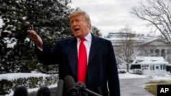 Predjsednik SAD Donald Trump odgovara na pitanja novinara ispred Bijele kuće (Foto: AP/ Evan Vucci)